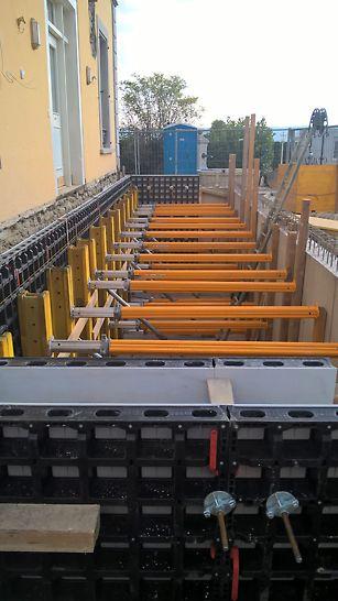 VT 20  Schalungsträger und MULTIPROP Deckenstützen zur Abstützung der DUO im einhäuptigen Wandbereich.