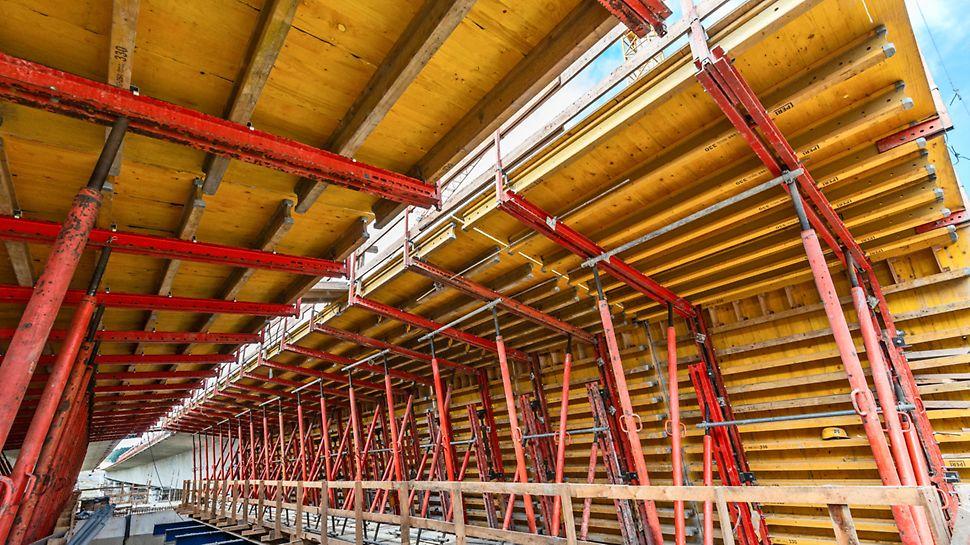 Wytwórnię wykonano przy pomocy deskowania VARIO - pierwomontaż paneli odbył się w Centrum Logistycznym PERI Jaworzno. Fot. Wojciech Dziedzic