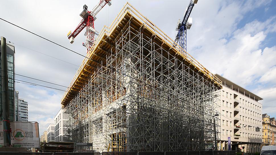 Durch die projektspezifischen Anforderungen muss die Last von 3 Decken inklusive der Unterzüge abgestützt werden. Die Positionen der PERI UP Stiele können exakt an die Lastanforderungen der Baustelle angepasst werden.