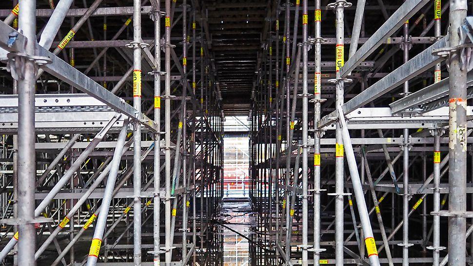 PERI UP understödning med trapptorn samt gångplan för säkert arbete med höjdjustering och säker avformning.