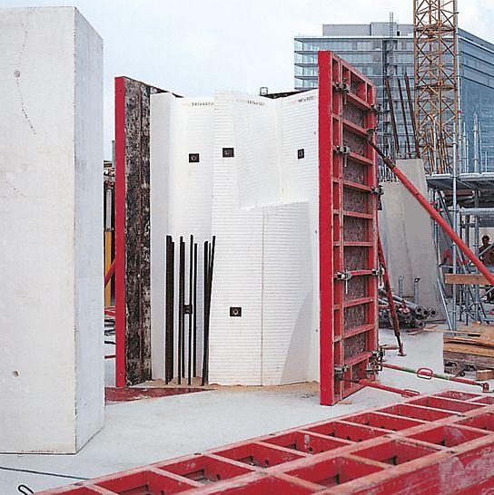 Der Neue Zollhof, Düsseldorf, Njemačka - tijela od stiropora pripremljena u PERI CNC pogonu za rezanje i montažu oplate, koja drže TRIO paneli, čine strukturu za neobične komponente.