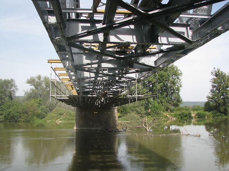 Pod km 3 + 724, CF 216, Ilia - Lugoj, la Dobra: Soluția PERI pentru executarea lucrărilor la intradosul tablierului - Platforme de lucru din schelă modulară PERI UP Rosett fixată de grinzile de cofraj de mare capacitate portantă GT 24.