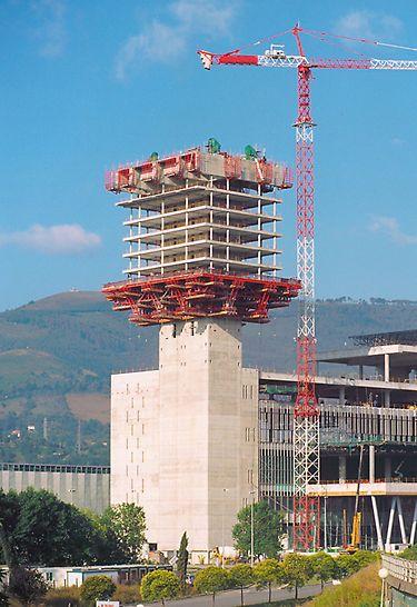 Veletržní centrum Bilbao: Stropy pater 103 m vysoké správní věže byly bedněny a betonovány postupně shora dolů.