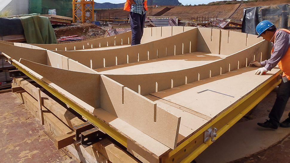 Die Fertigmontage und die finale Schalhautbelegung finden auf der Baustelle statt – unter fachkundiger Anleitung eines PERI Supervisors und auf der Basis von VARIO Grundelementen.