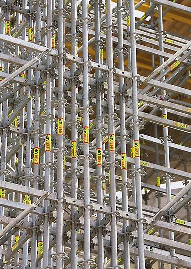 Sportarena Lora, Split, Kroatien - Bei punktuellen Lastkonzentrationen lassen sich mit kurzen 25-Zentimeter-Riegeln des PERI UP Modulgerüstsystems mehrere Vertikalstiele bündeln.