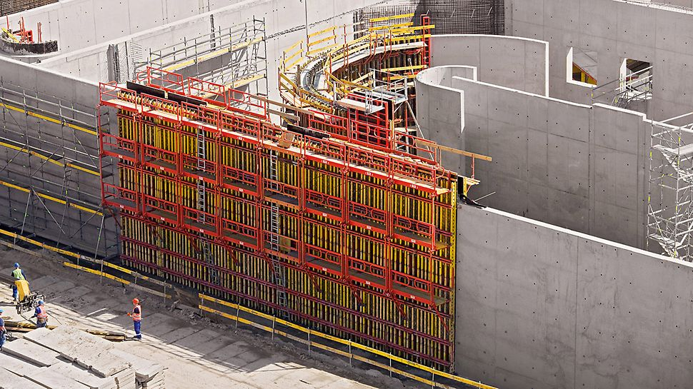 Czajka Sewage Plant, Warsaw, Poland - Equipped with complete platform systems, the straight and circular wall sections were safely and quickly constructed with VARIO and RUNDFLEX. PERI UP reinforcement scaffold and stair towers ideally supplemented the PERI concept in this case.