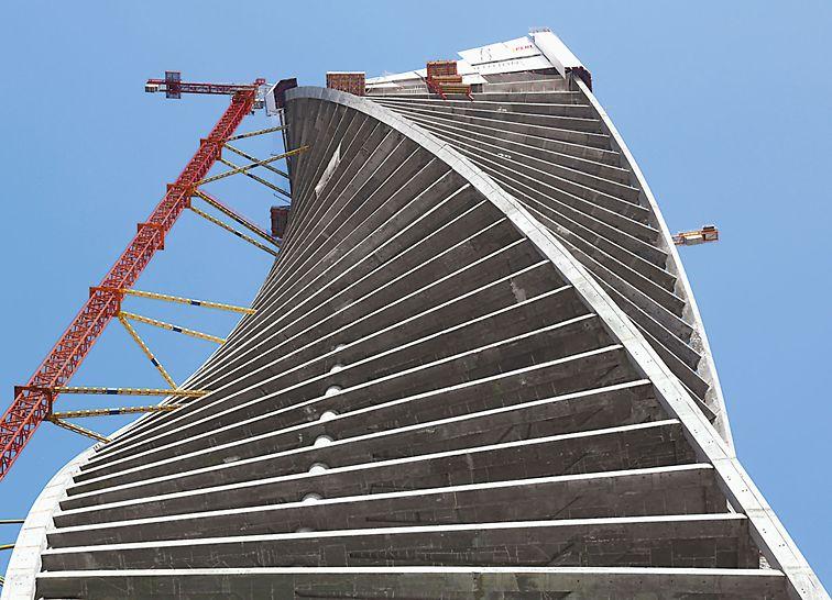 """Evolution Tower Moskva - Evolution Tower poznat je i kao """"City Palace Tower"""" ili  """"Wedding Palace"""". Jer jedan dio zgrade tek nakon završetka grube gradnje bio je od 2014. godine na raspolaganju za svadbe – s matičnim uredom i plesnom dvoranom na gornjoj etaži za 200 uzvanika. To je inspiriralo Tonyja Kettlea iz arhitektonskog tima RMJM prilikom suradnje sa škotskom umjetnicom Karen Forbes za realizaciju ovakve organske, vijugave forme."""