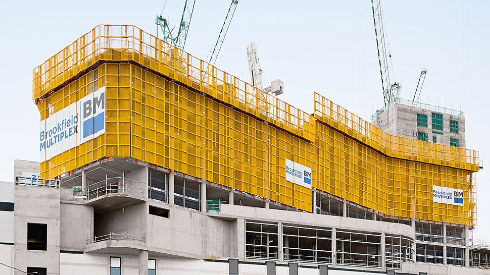 Die engmaschigen Gitterelemente bieten eine sichere Einhausung, die dennoch lichtdurchlässig ist. Vorteilhaft ist das Arbeiten im Bauwerk bei Tageslicht – insbesondere beim Ausschalen der Decken.