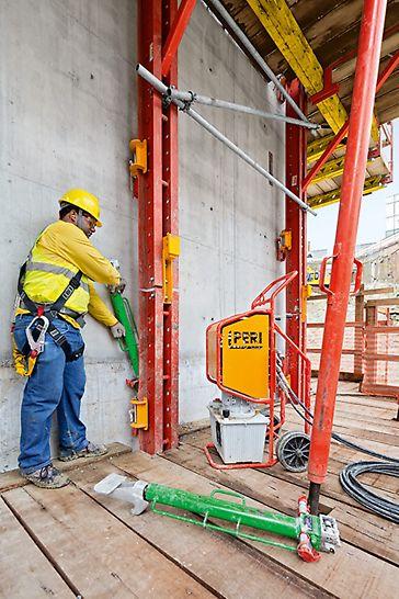 Przenośny siłownik hydrauliczny umożliwia przestawianie bez użycia żurawia. Siłowniki hydrauliczne zamontowano na uchwycie wspinania pomiędzy ścianą a szyną wspinania.