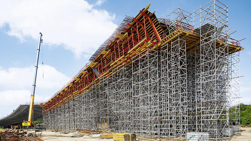 Ideal auf die Schalungslösung abgestimmt, bildeten PERI UP Flex Stütztürme und ST 100 Stapeltürme tragfähige Unterstützungskonstruktionen mit Höhen zwischen 5 m und 22 m im Bereich der Brückenrandfelder. PERI UP diente darüber hinaus als Treppenzugang zum sicheren Erreichen der höher gelegenen Arbeitsebenen.