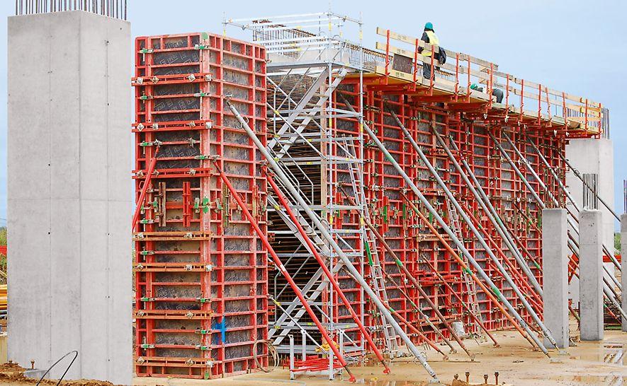 Fabrica de hârtie din Palm, King's Lynn, Marea Britanie - Turnul cu scară pentru acces PERI UP a oferit acces în siguranță în toate zonele de lucru.