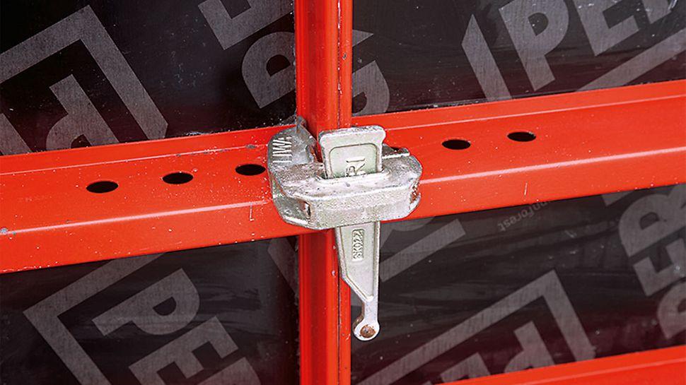 Das Detail zeigt die einfache Konstruktion der Bauteile sehr deutlich: Der schmale Flacheisenrahmen wird mit einem einfachen Keilschloss verbunden.