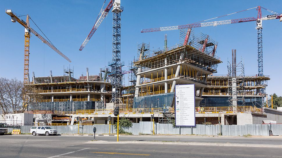 Der Verwaltungsbau ist geprägt durch schräg angeordnete Baukörper und auskragende Geschossdecken.