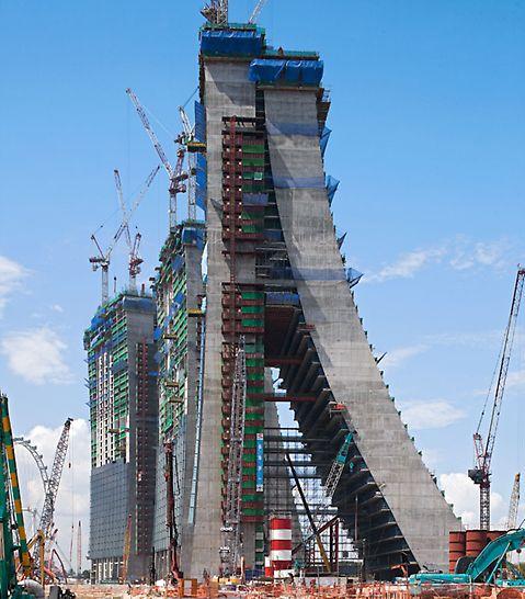 Marina Bay Sands, Singapur - Die PERI Schalungs- und Gerüstlösung berücksichtigt die drei unterschiedlich gekrümmten Bauwerksgeometrien mit den versetzten, sich kontinuierlich verändernden Geschossen.