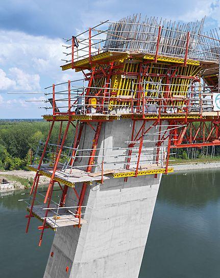 Autobahnbrücke über die Drau, Osijek, Kroatien - An den vor- und rückgeneigten Außenwänden klettert die schienengeführte RCS Schalung mittels mobiler Hydraulik kranunabhängig in die Höhe.