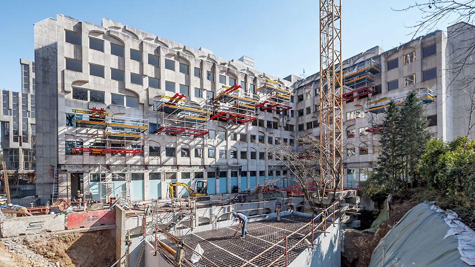 Progetti PERI, ristrutturazione dell'Hotel Le Royal: contemporaneamente ai lavori edili al piano terra, grazie alle piattaforme PERI a sbalzo, è stato possibile ristrutturare completamente le 165 camere soprastanti