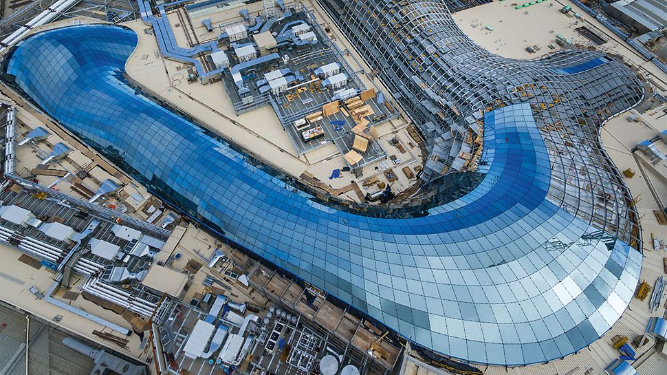 Up to 70,000 visitors flock daily to Australia's largest shopping centre which is now completely covered by a gigantic glass roof – the result of an expansion project. Work was carried out while the centre remained opened for daily business; the schedule for the entire construction project was extremely short.