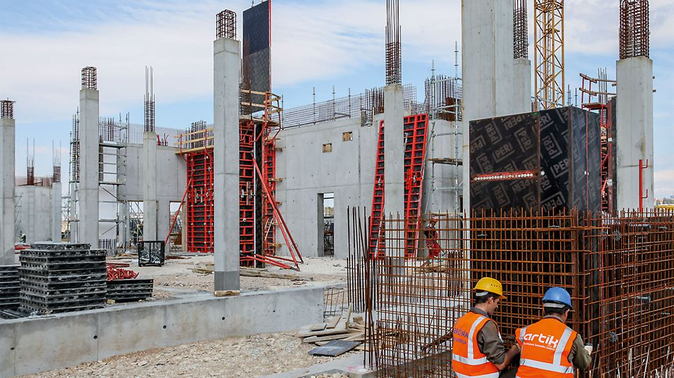 Due to the high fresh concrete pressure that could be accommodated, the square-shaped columns were realized with PERI TRIO Column Formwork using a 5.50m high concreting section. For the rising reinforced concrete core walls, large-sized units of TRIO Wall Formwork were moved by crane.