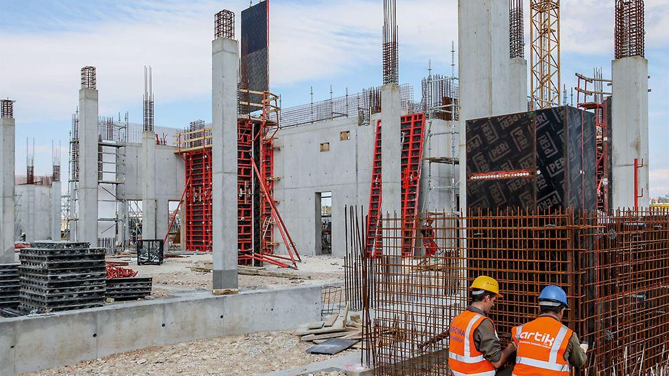 Durch den hohen aufnehmbaren Frischbetondruck wurden die quadratischen Säulen mit PERI TRIO Säulenschalungen in einem 5,50m hohen Betonierabschnitt ausgeführt. Für die aufgehenden Stahlbeton-Kernwände wurden großformatige Einheiten der TRIO Wandschalung per Kran umgesetzt.