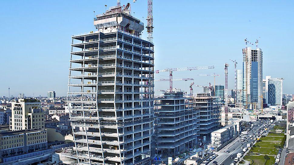 Vista del cantiere Porta Nuova Varesine: sullo sfondo le imponenti torri di Porta Nuova Garibaldi anch'esse realizzate con tecnologia PERI