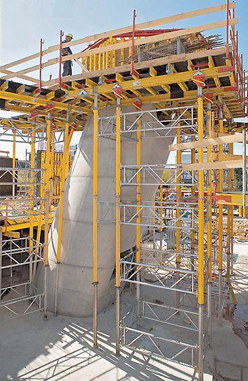 Kontrolní satelitní centrum Galileo: Pracovní lávky se stropními stoly PERI a věže MULTIPROP stoupaly do výšky v souladu s postupem výstavby. Tak bylo možné v jakékoliv výšce provádět bednění přesně a bezpečně.