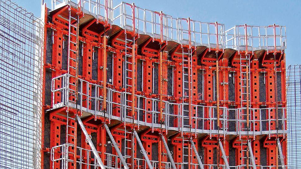 Täydellinen työ- ja betonointitasojärjestelmä kaiteilla ja tikkailla mahdollistaa turvallisen työskentelyn PERI RUNDFLEX Plus -seinämuotilla.