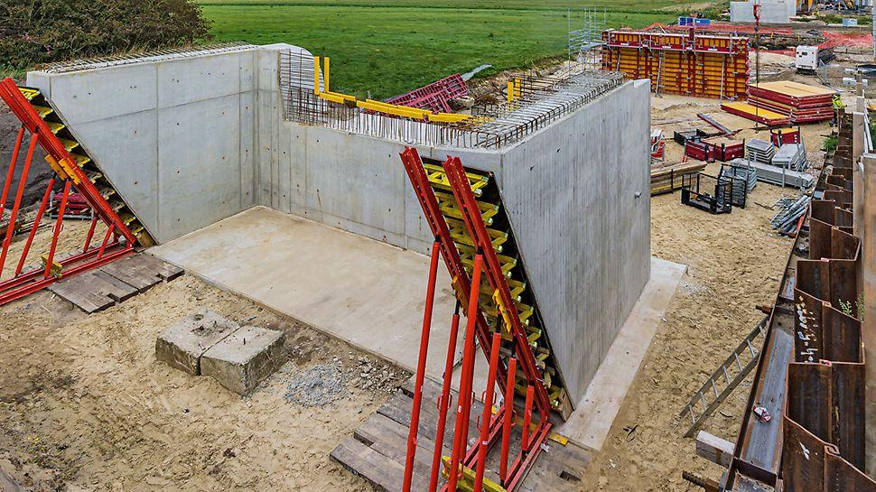 Der VARIOKIT Ingenieurbaukasten wird vielseitig eingesetzt: als Abstützungskonstruktion für die Widerlagerflügel und als Gespärrefachwerk für den Brückenüberbau.