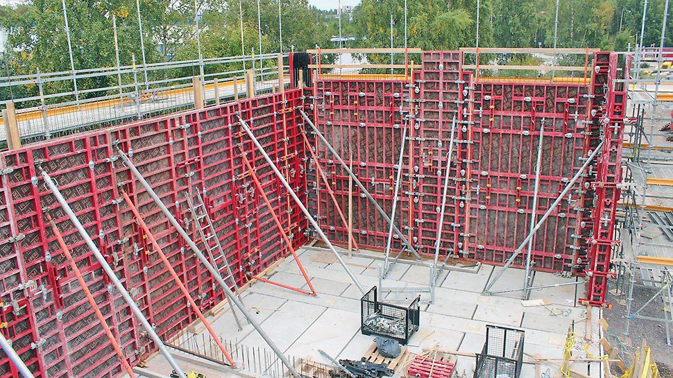 Muuntamon korkeat seinät muotitettiin MAXIMO-järjestelmämuotilla, ja tuettiin RS-vinotuilla.