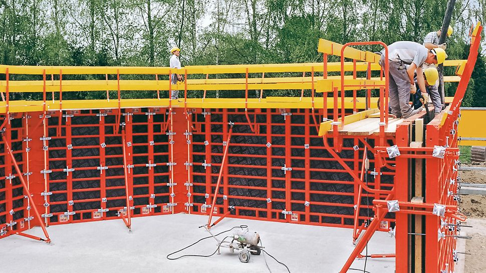 Wandhöhen bis 3,30 m werden mit TRIO 330 ohne Aufstockung und nur zwei Ankerlagen in der Höhe geschalt. Die 3,30 m hohen Elemente lassen sich mit der 2,70 m Variante auch gegenüberstehend kombinieren.