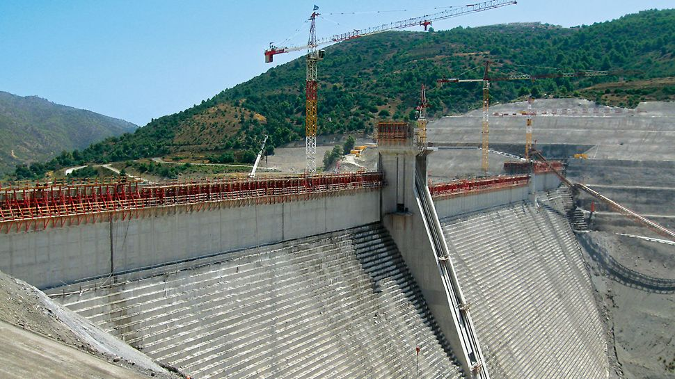 Gravity dam Barrage Koudiat Acerdoune, Algeria - The SKS climbing scaffold, in combination with the VARIO GT 24 wall formwork, guaranteed stable climbing units especially for the vertical structural elements.