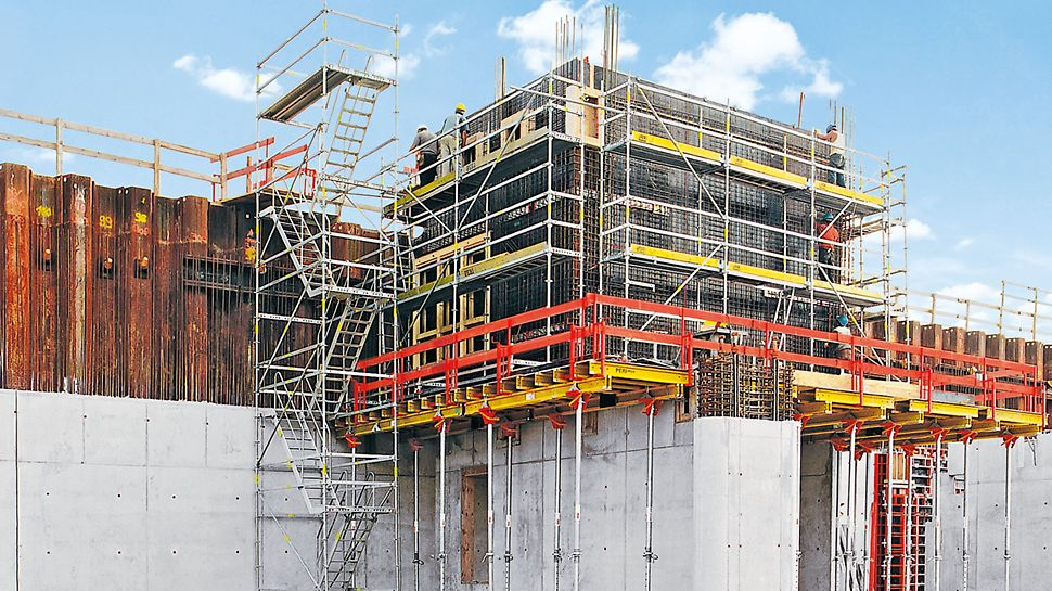 PERI UP Rosett Stair Alu 64: A stair tower with alternating staircase units provides greater headroom clearance and shorter walking distances for site personnel between levels than staircase units in the same direction.