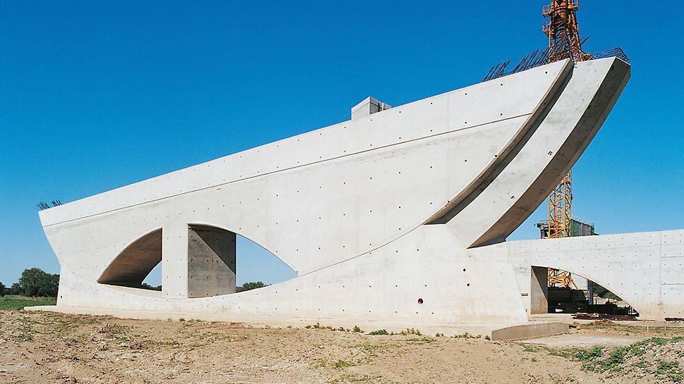 Most na průplavy přes Labe: 17 ohromných pilířů mostu v předmostí je ozdobeno modulem spínacích míst, vystínovanými spárami, jasně definovanými otvory a tvarem lodní přídě. Stavba zde vsadila na stěnový systém bednění VARIO GT 24 a docílila tak skvělého vzhledu povrchu betonu.