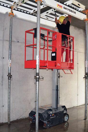 Der Hubsteiger ermöglicht sicheres Ein- und Ausschalen. Er kann auch für Nacharbeiten oder die Demontage von Traggerüsten eingesetzt werden.