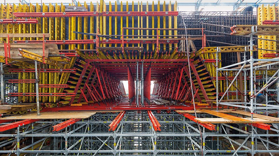Stanari Thermal Power Station, Doboj, Bosnia-Herzegovina - In order to form a massive arched slab in the turbine building, PERI engineers planned a cost‑effective support structure consisting of rentable system components taken from the VARIOKIT engineering construction kit.