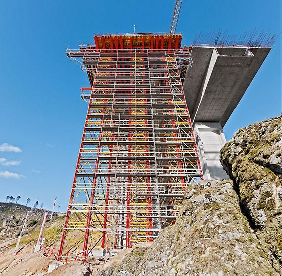 Autobahnbrücke über den Rio Sordo, Vila Real, Portugal - Die Kombinierbarkeit mit dem PERI UP Gerüstsystem sorgt für maximale Zugänglichkeit und damit für sichere Arbeitsbedingungen auf der Baustelle.