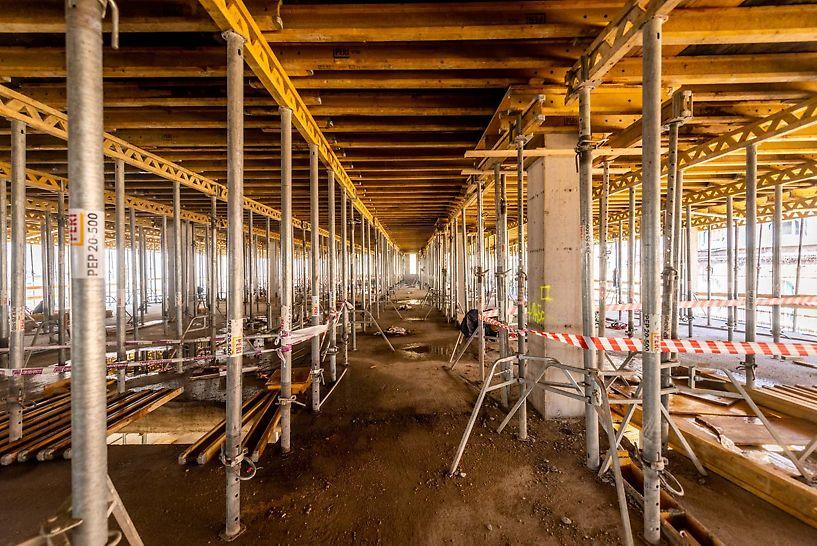 A PERI MULTIFLEX fatartós födémzsalu rendszerrel a 9 szinten együttesen mintegy 17.600 négyzetméternyi terület födémzsaluzása valósult meg. Fotó: Bernát Benjámin/magyarepitok.hu