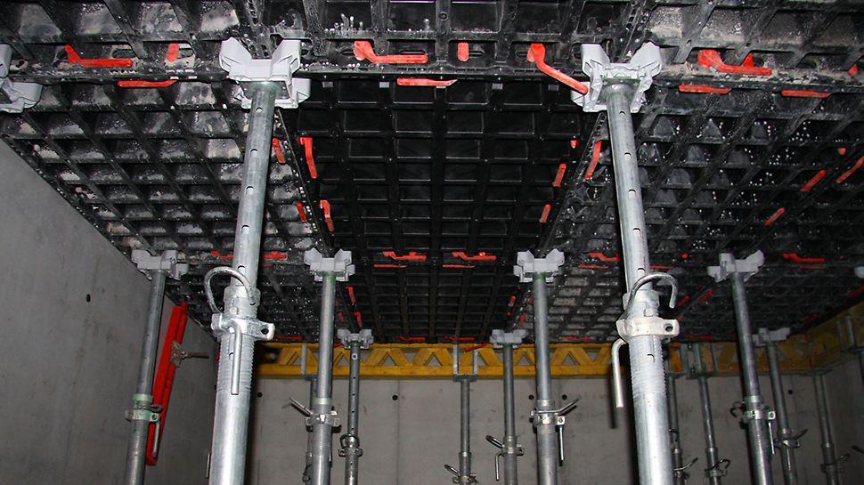 Harmaa terästuen pää DFH kiinnitetään ilman työkaluja PEP Ergo -holvitukeen, ja tuki sijoitetaan holvielementtien nurkkiin.