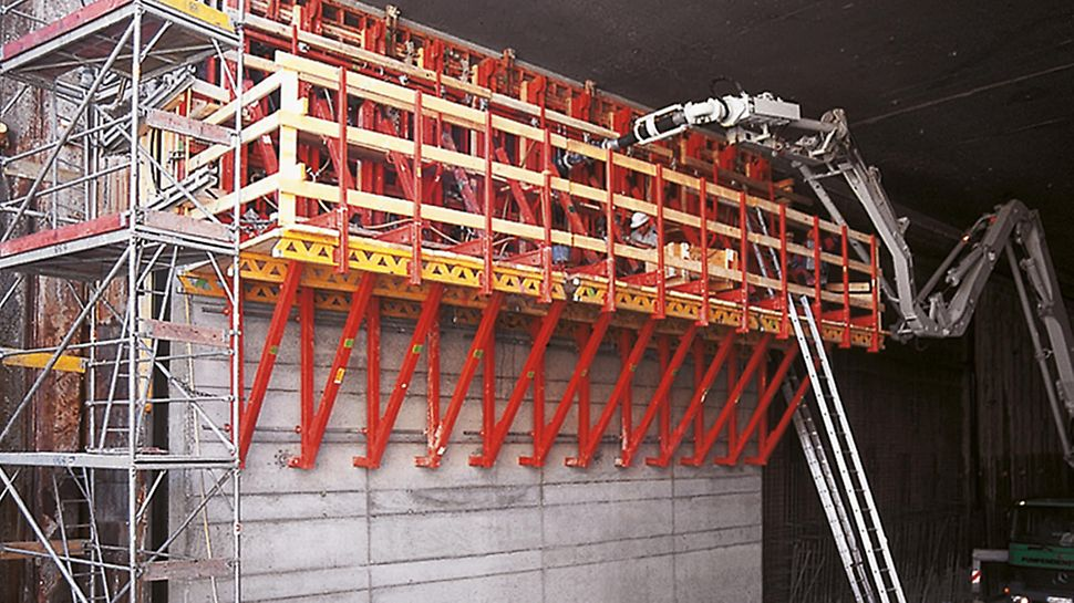 TRIO elements on SKS 180 climbing brackets, used at the jobsite for the Audi tunnel in Ingolstadt for sections higher than 6.55 meters.