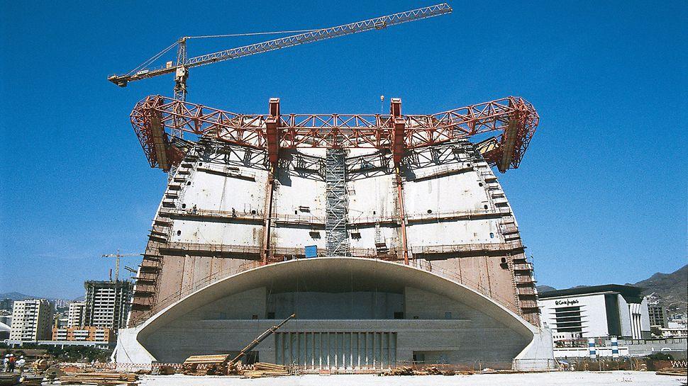 Auditorijum Tenerife, Tenerife, Španija - u tri, međusobno nezavisna hidraulična ciklusa, odvija se upravljanje svim pokretnim konstrukcijama: pomeranje u napred i u nazad, pozicioniranje kao i montaža i demontaža.