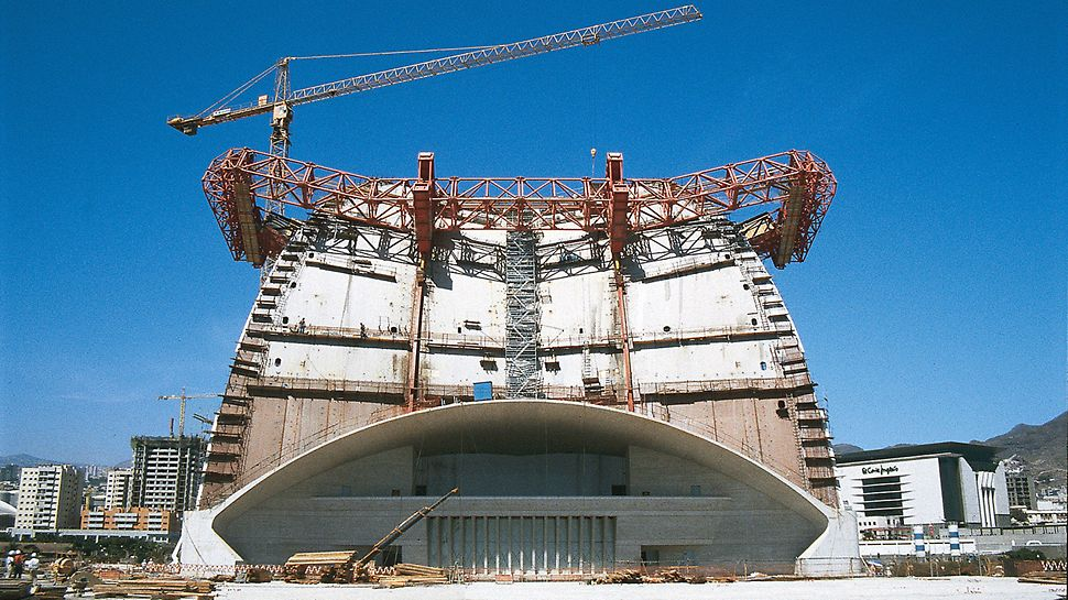 Auditorio de Tenerife, Tenerife, Spain - All carriage movements are carried out using three independently operated hydraulic circuits: moving forward and retracting, positioning as well as shuttering and striking.