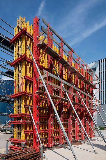 Een muur van +7 meter hoog in zelfverdichtende beton gieten, is geen sinecure. VARIOKIT is een robuust systeem dat gemakkelijk tot 160 kN/m2 aankan.