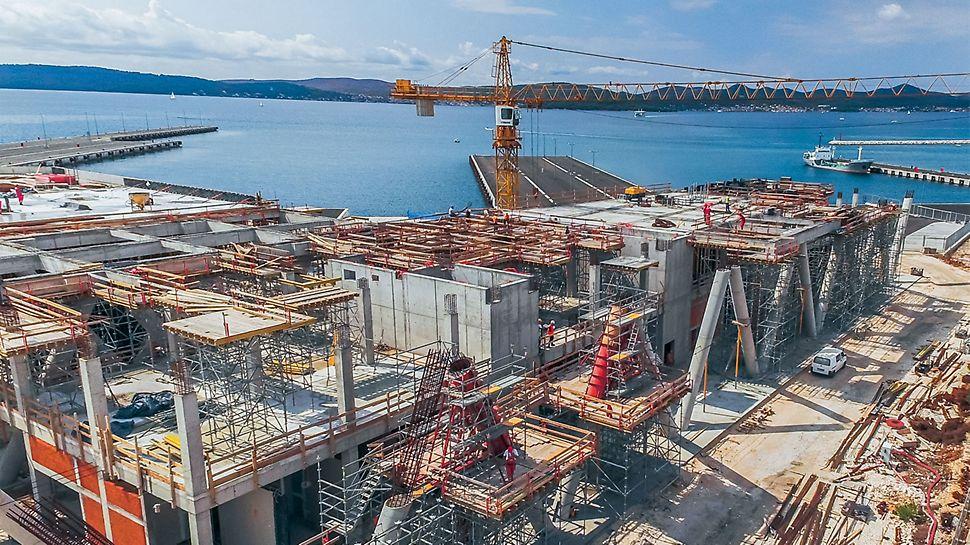 Op een totale oppervlakte van 25.000 m² werd een twee verdiepingen tellende passagiers- en veerbootterminal gerealiseerd.