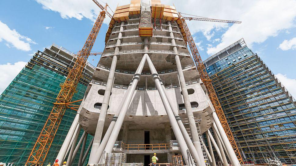 """Po zakończeniu budowy wieża """"Warsaw Spire"""" będzie miała wysokość 220 m i będzie najwyższym biurowcem w Warszawie. Z wieżą sąsiadują dwa biurowce o wysokości 55 m."""