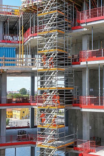 The PERI formwork and shoring solutions were optimally coordinated in order to achieve the desired shape of the building and meet its demanding architectural requirements. Thanks to the 25 cm or 50 cm end-to-end system grid, it was possible to adapt the modular scaffold system, PERI UP Flex, to the various geometries and loads in the form of a load-bearing construction.
