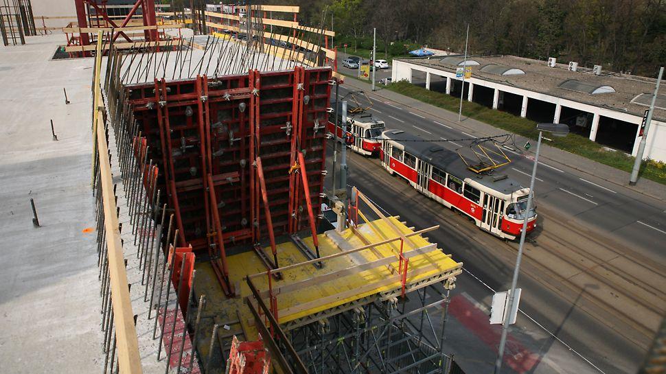 Kancelářská budova Crystal, Praha Bednění MAXIMO, vzepřené rámy ze závor SRU a podpěrných vřeten, na podpěrné konstrukci ze systému PERI UP Rosett.