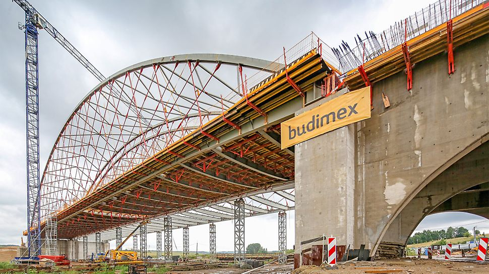 Obiekt MS 15 w całej okazałości z podwieszonym deskowaniem PERI VARIO przygotowany do wykonania betonowania płyty pomostu.
