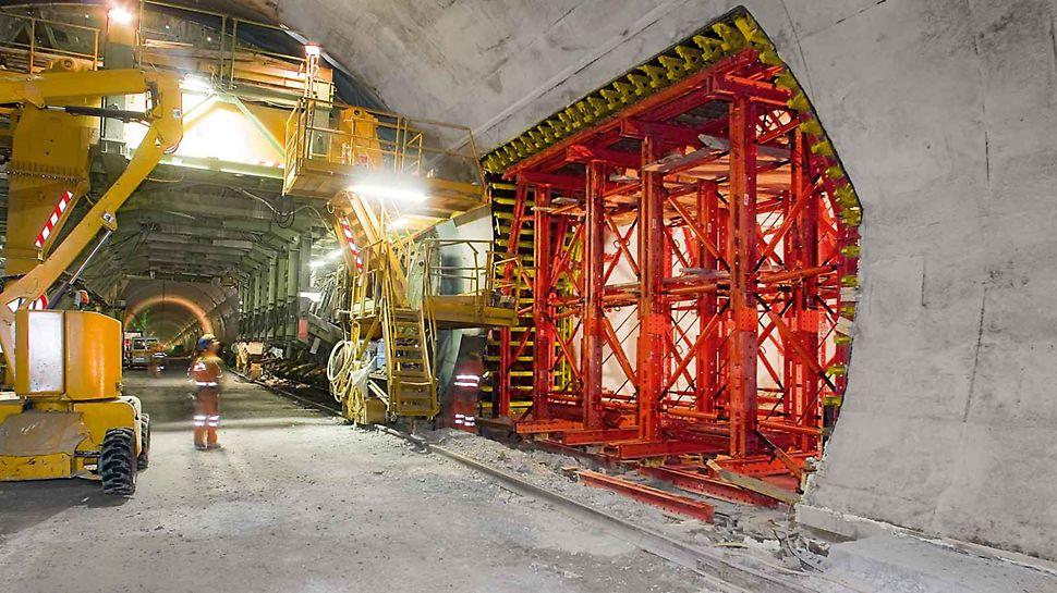 Ezt a VARIOKIT moduláris rendszerelemekből álló alagút zsaluzó kocsit a két alagútcső közötti átjáró megépítésére alkalmazzák.