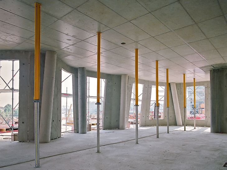 Der neue Zollhof, Düsseldorf, Germany - The SKYDECK slab formwork was the right solution for this very unusual building. Using system components, the curved slab edges could be formed quickly and easily.