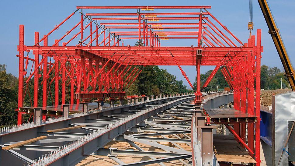 Most Tošanovice - Žukov: Firma PERI dodala dva bednicí vozy sestavené z dílů stavebnice pro inženýrské stavby VARIOKIT.