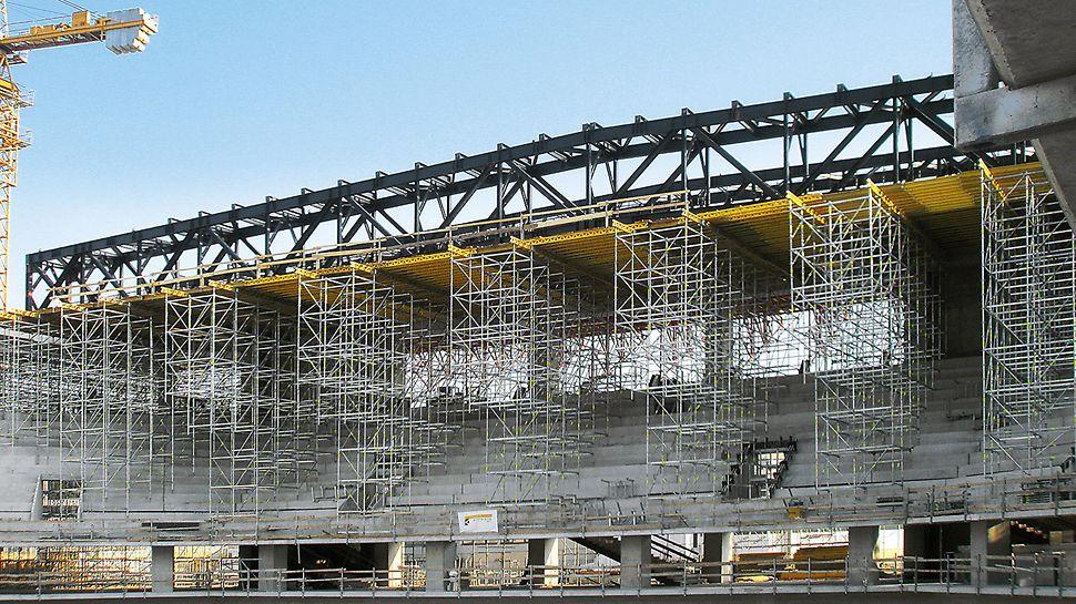 Sportska arena Lora, Split, Hrvatska - za završnu montažu krovne konstrukcije napregnute gotovo 80 m PERI UP podest za montažu u unutarnjem je području proširen na 14 m širine.